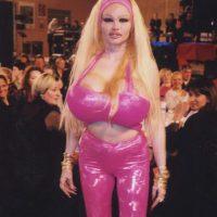 Esta francesa fue considerada en su momento la mujer con los senos más grandes del mundo Foto:purepeople.com