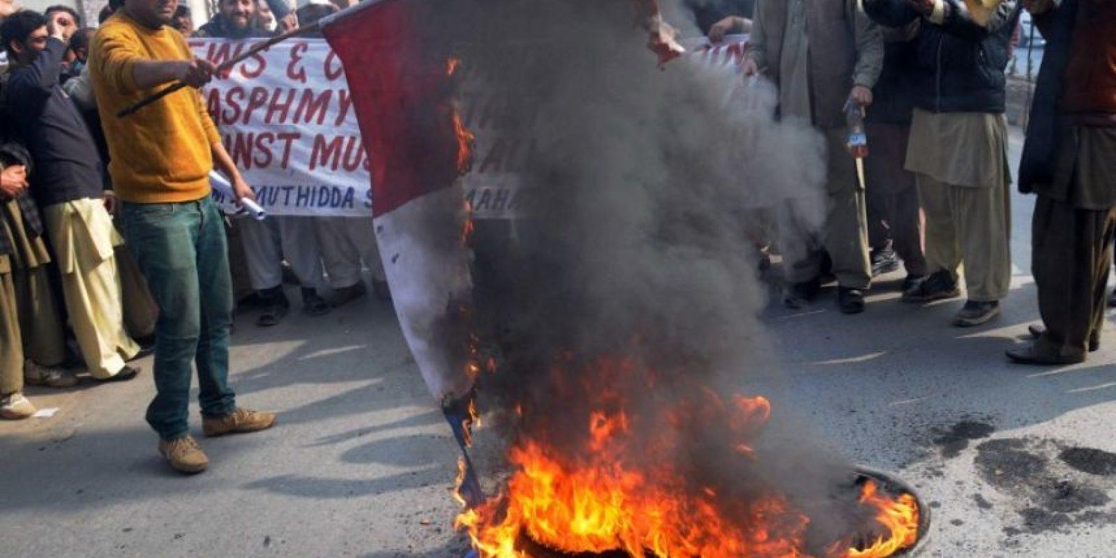 También hubo quema de la bandera francesa Foto:AFP