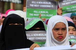 Cerca de mil 500 personas se reunieron en la plaza principal de Marawi Foto:AFP