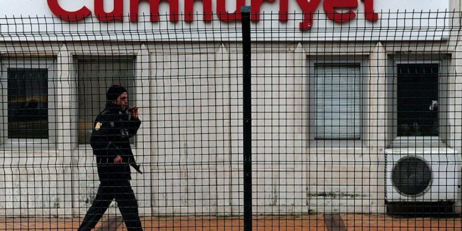 El periódico Cumhuriyet, con sede en Estambul, publicó cuatro páginas de Charlie Hebdo y sus periodistas recibieron amenazas de muerte Foto:AFP