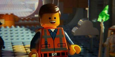 Esta cinta narra la historia de Emmet, un tipo normal que es confundido con el Maestro Constructor que puede salvar al Universo. Foto:Facebook/The Lego Movie