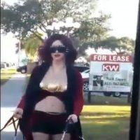 Mujer con tres senos se paseó por las calles con tres hombres.