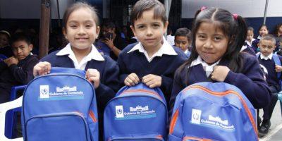 ¿Por qué el Gobierno entrega mochilas azul con anaranjado?