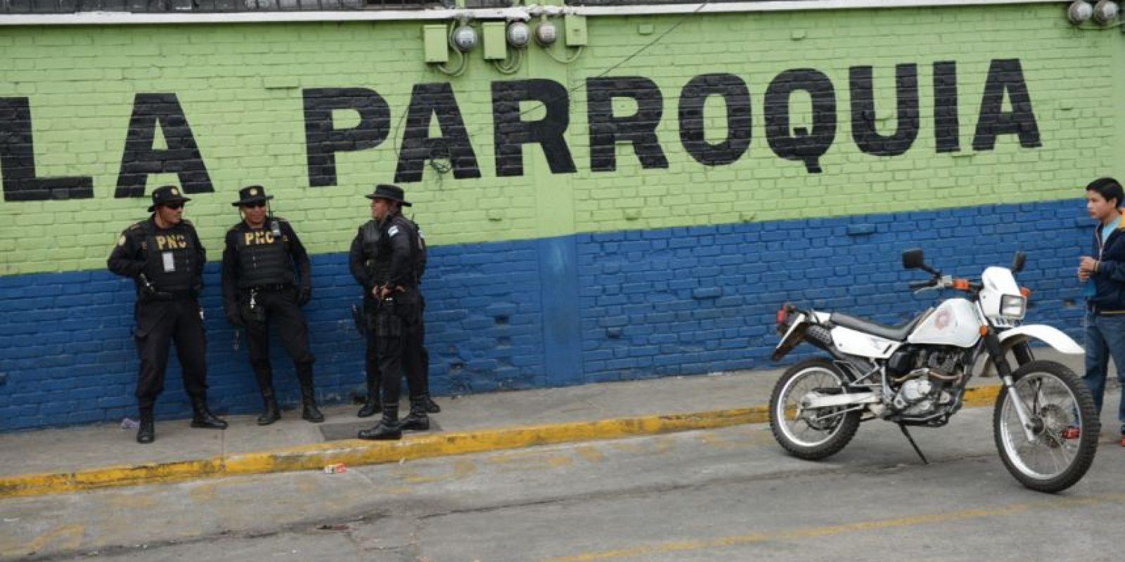 Agentes vigilan el mercado. Foto:Oliver de Ros