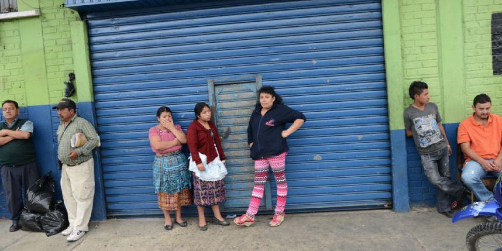 Los comerciantes cierran las puertas del mercado. Foto:Oliver de Ros
