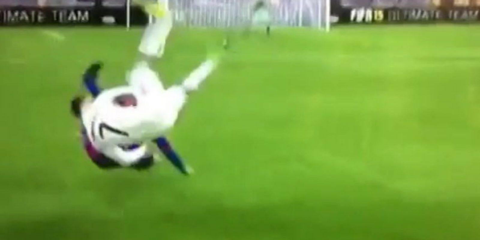 Cristiano Ronaldo parece hacer una llave contra un futbolista del Barcelona. Foto:Vine