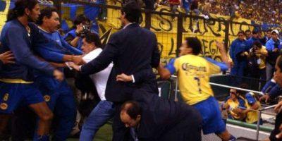 América vs. Sao Caetano: El partido de Copa Libertadores de 2004 finalizó con una tremenda bronca, en la que algunos aficionados del conjunto azteca saltaron a la cancha en busca de los jugadores brasileños. Foto:AP