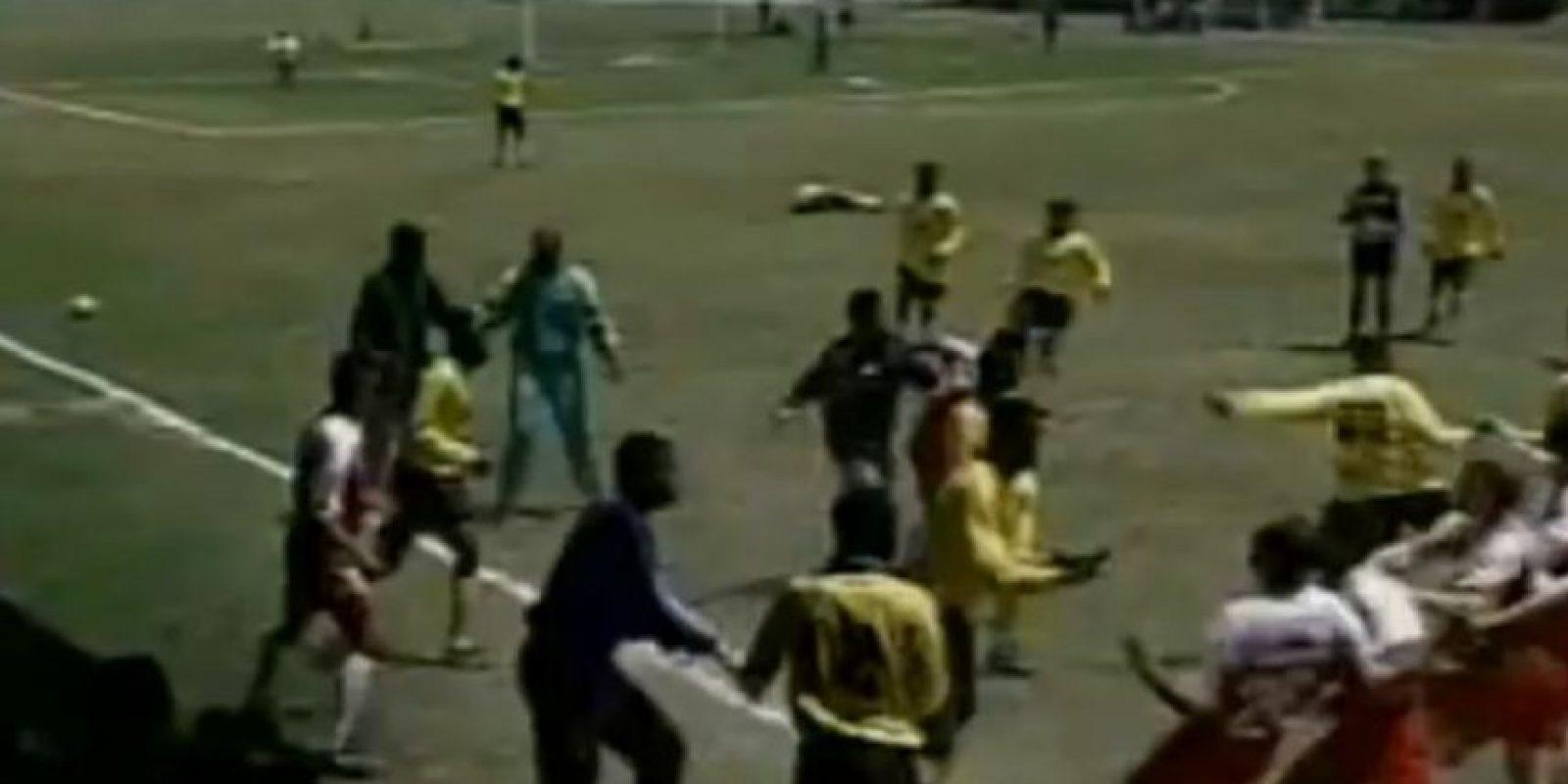 El partido subió poco a poco de intensidad, hasta que una entrada de un caribeño sobre Juan Arangio detonó la gresca. Foto:YouTube / Televisa Deportes
