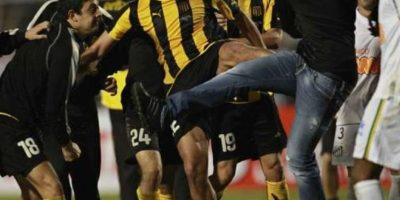 Golpes en otra final de Libertadores: El 22 de junio de 2011, luego de que en la final de la Libertadores, Santos de Brasil le pasara por encima al Peñarol, los uruguayos no supieron controlar la tensión de la derrota. Foto:Getty Images