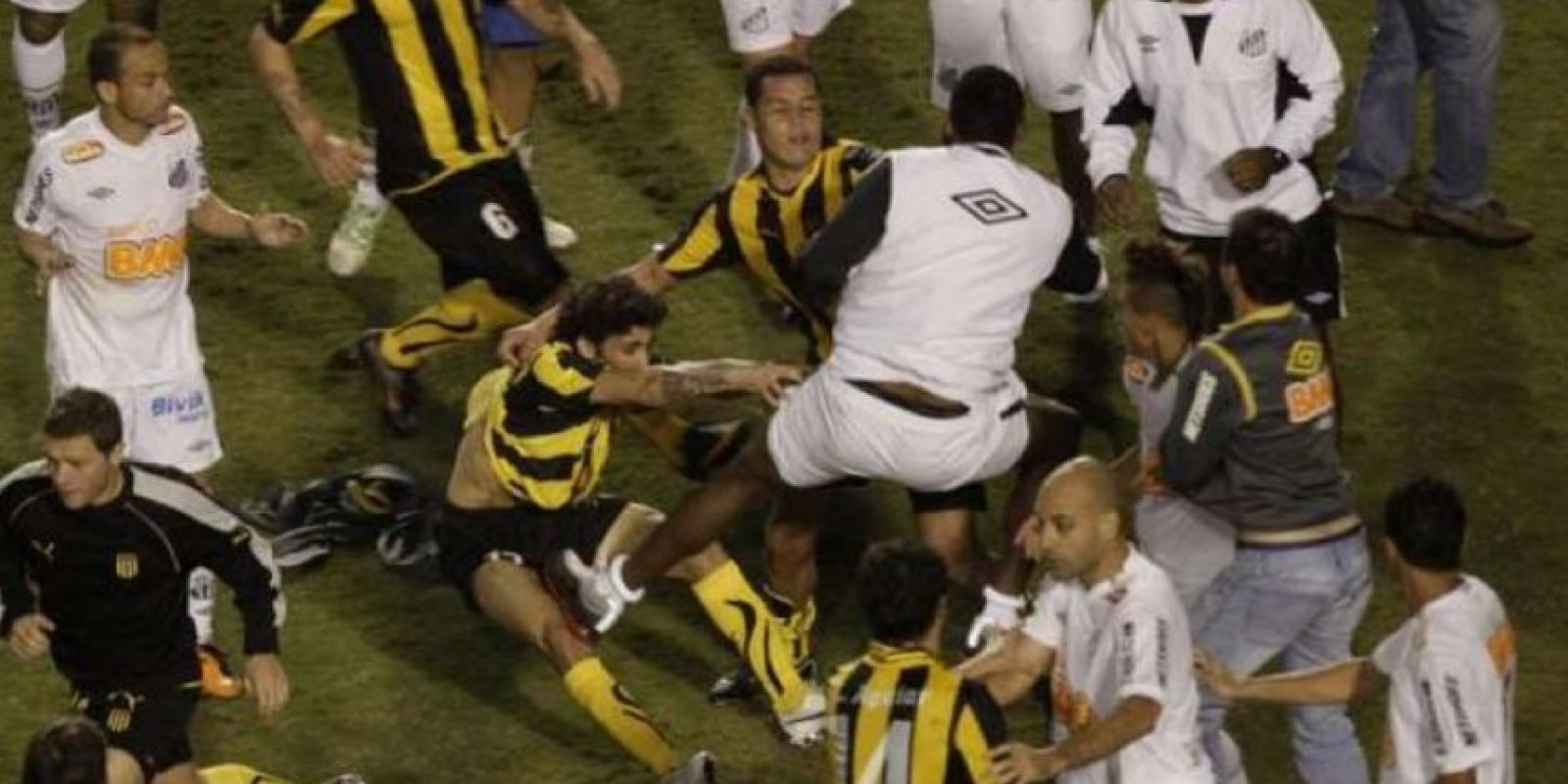 Los jugadores del Peñarol se fueron a los puños con los nuevos monarcas. Foto:Getty Images