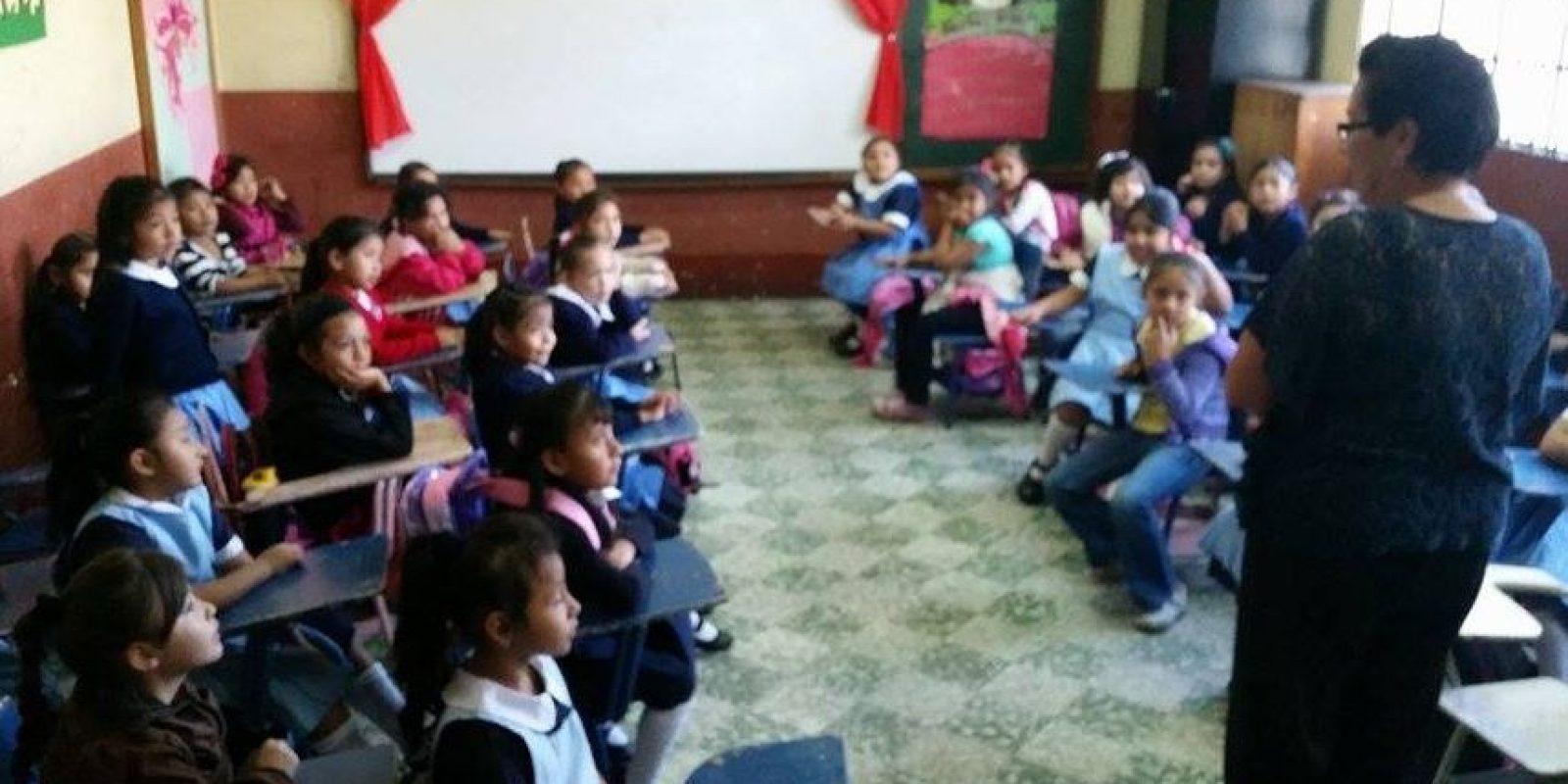 María Elena Morales saluda a las niñas de primero en la escuela Dolores Bedoya. Foto:Kenneth Monzón