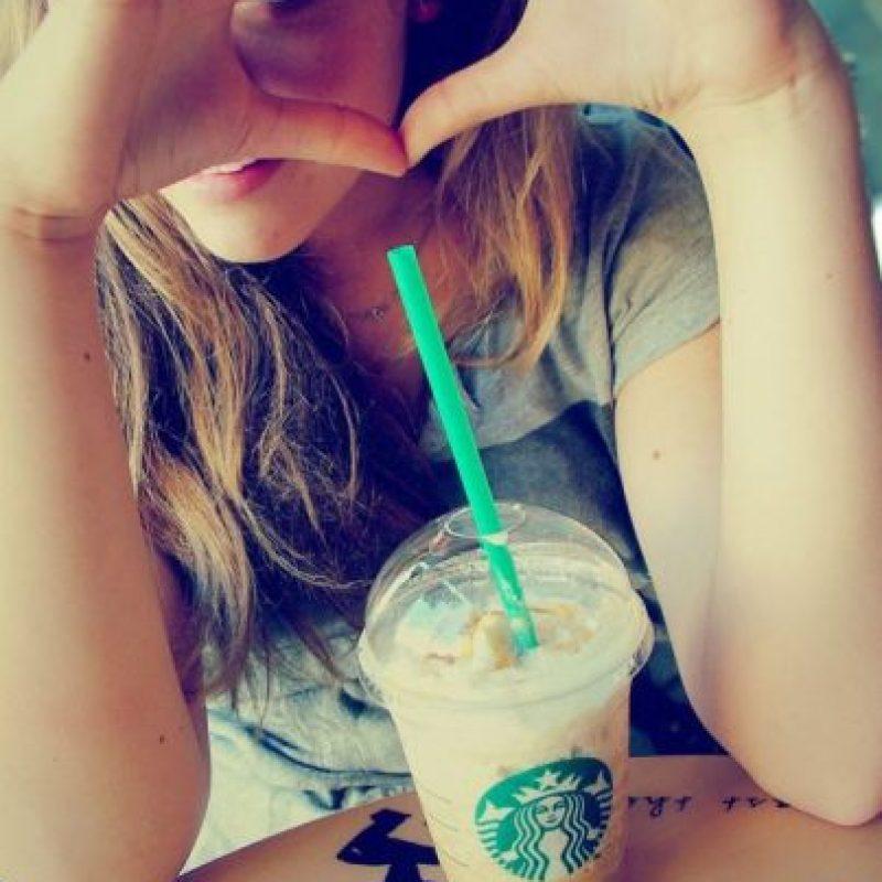 """Ellas aman postear fotos de su comida. Preferiblemente Starbucks y lugares """"cute"""" donde todo es bonito y decorativo Foto:Instagram"""