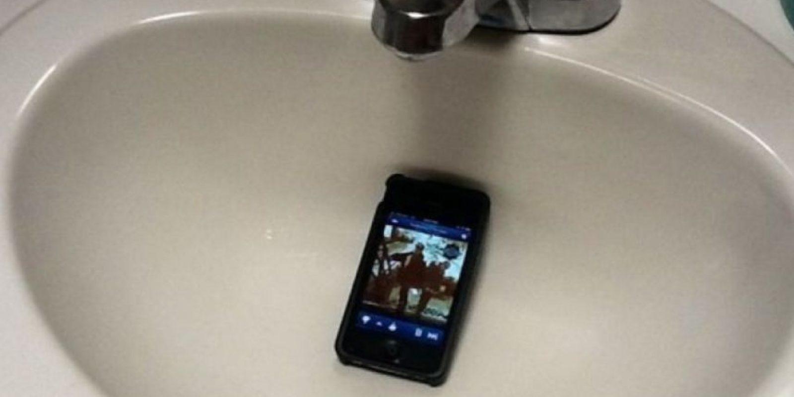 2.Fiesta silenciosa: Si de verdad lo suyo es todo un show de Broadway luego de su indigestión, prendan su celular y coloquen música en el lavamanos o al lado del baño. Foto:Reddit