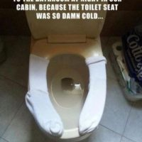 Fotos: 10 consejos que los ayudarán a sobrevivir en un baño público 5. Si la tapa está muy fría, usen medias o papel higiénico. Foto:HumorTrain