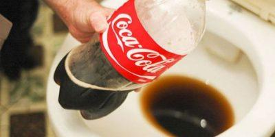 Si tapan el baño y cargan Coca Cola, con eso pueden limpiar. Foto:Wikihow