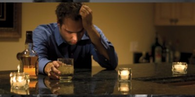 ESTUDIO. Trabajar más horas de lo normal aumenta el riesgo de alcoholismo