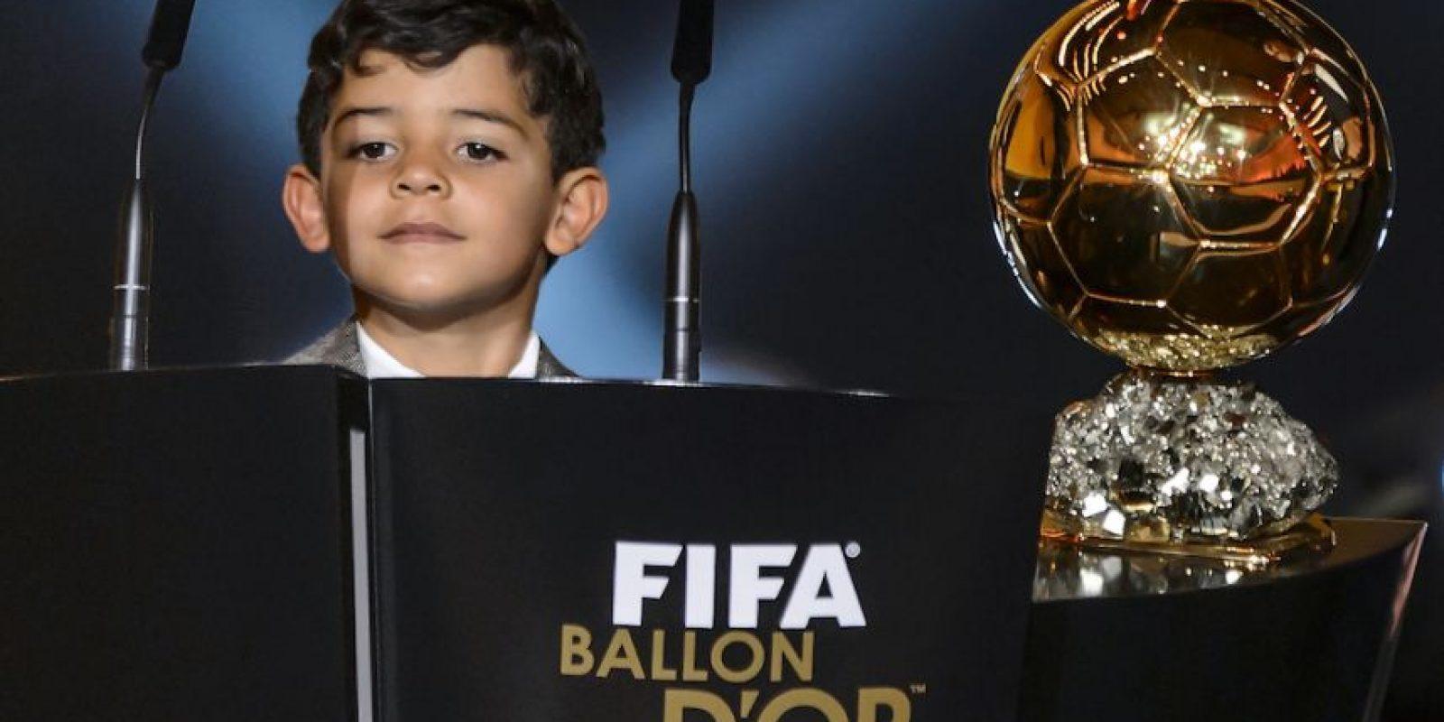 Su pqueño hijo Cristiano Ronaldo Jr. también fue al evento. Foto:AFP