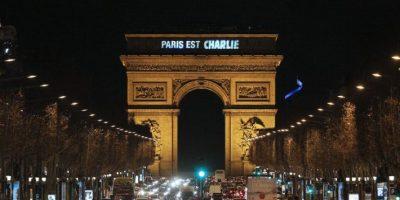 """El Arco del Triunfo se ilumina con la leyenda """"París es Charlie"""" Foto:AFP"""