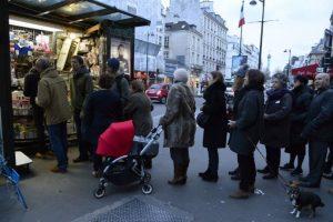 Miles hacen fila para comprar el nuevo número de Charlie Hebdo Foto:AFP