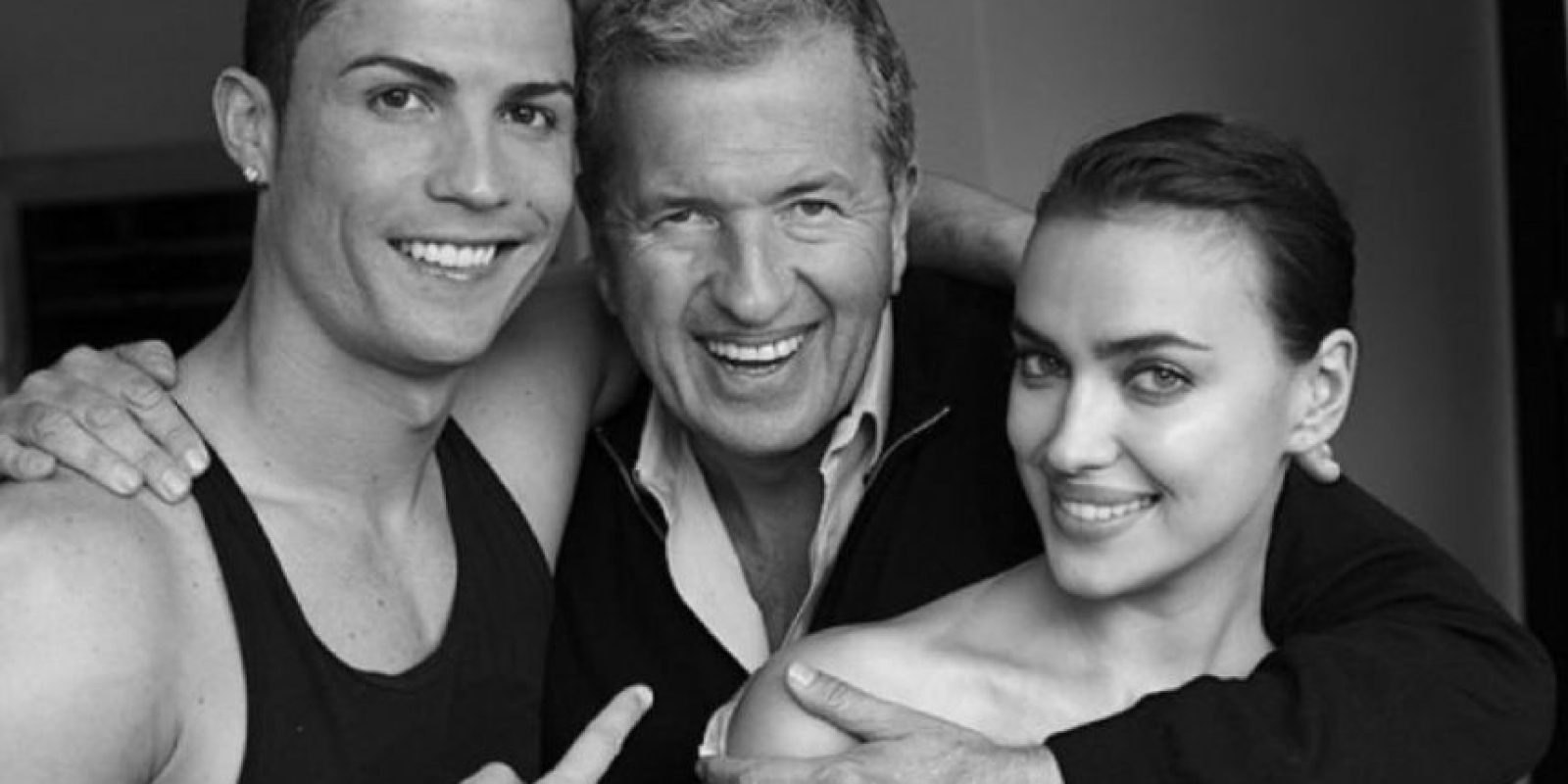 El fotógrafo y diseñador Mario Testino con la pareja para Vogue. Foto:instagram.com/irinashayk