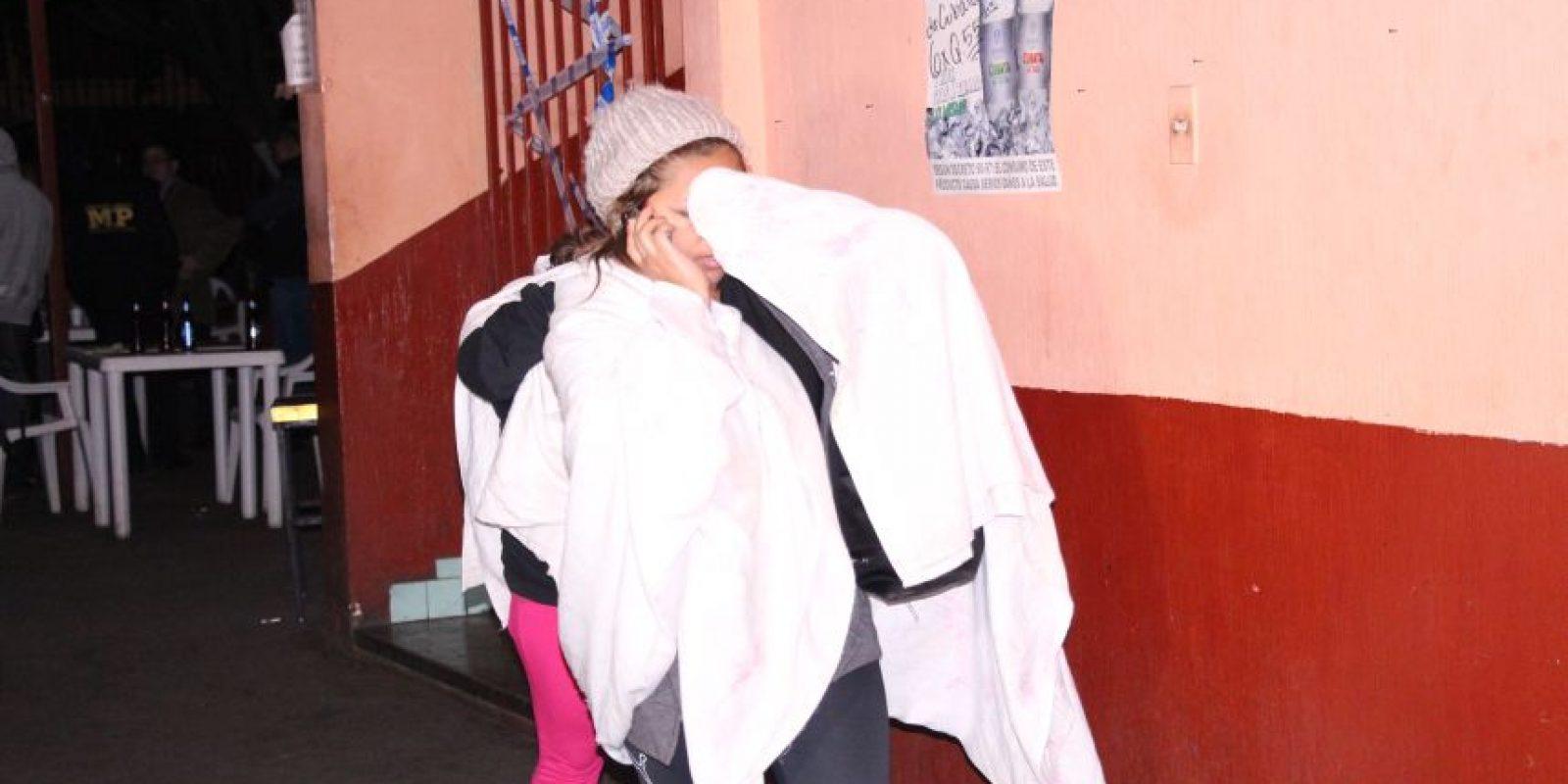 Las mujeres son auxiliadas por la Policía. Foto:PNC