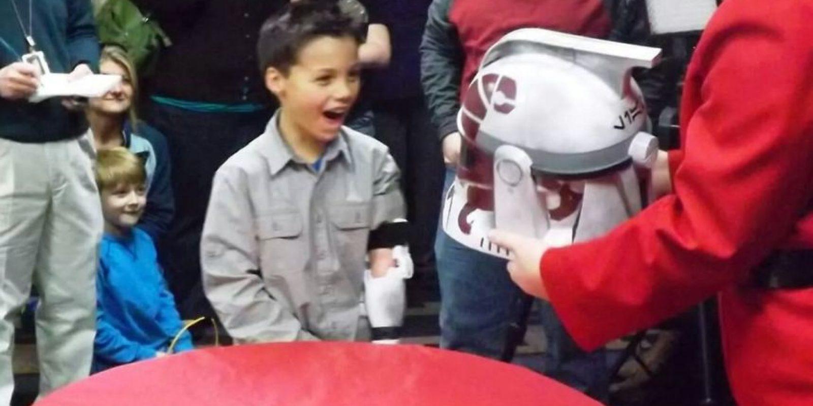 Liam recibe sus regalos Foto:ga501st.com
