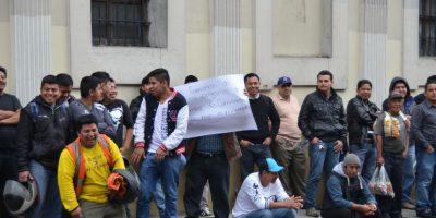 Compañeros esperan afuera del Congreso. Foto:José Castro / Congreso