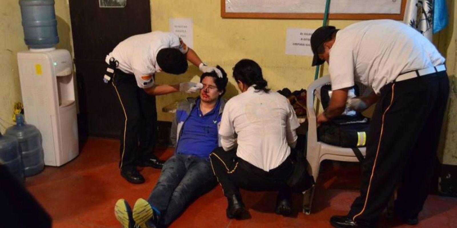 Socorristas atienden al conductor ebrio Diego Canel. Foto:CVB