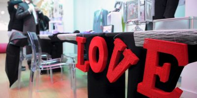 La que relata su historia de amor o la que les cause sentimientos positivos es la ideal para ese momento. Foto:Getty Images