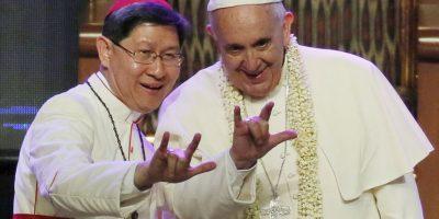 """El Cardenal de Filipinas, Luis Antonio Tagle y el Papa Francisco hacen la señal de """"Te amo"""" en lenguaje de sordos Foto:AP"""
