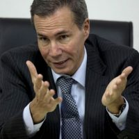 Aunque las circunstancias de su muerte aún están por aclararse, medios locales informan que el cuerpo de Nisman fue encontrado en el baño de su vivienda de Buenos Aires con un disparo en la cabeza. Foto:AP