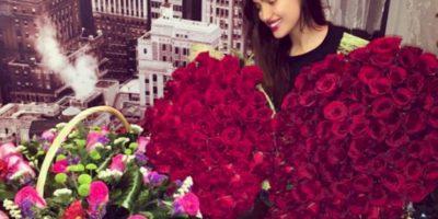 Se rumora que las rosas con las que posó la modelo en su cumpleaños, fueron regaladas por La Roca Foto:Instagram: @irinashayk