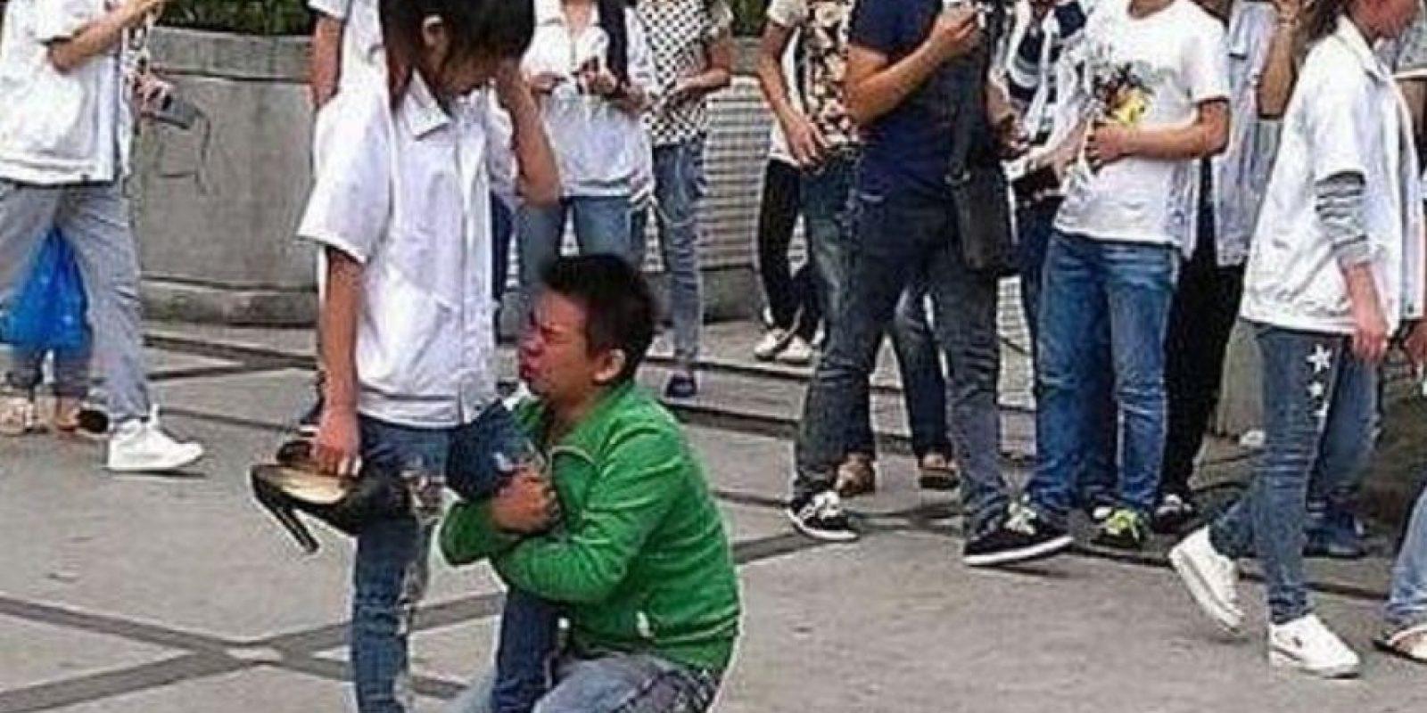 Ruega, niño. Ruega. Y cámbiate de colegio si puedes. Foto:Weibo