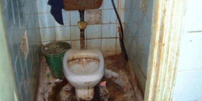 ¿Quién puede dejar un baño así? Foto:Facebook
