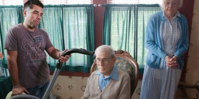 Con ancianos. Foto:TheStockPhotoBomber/Facebook