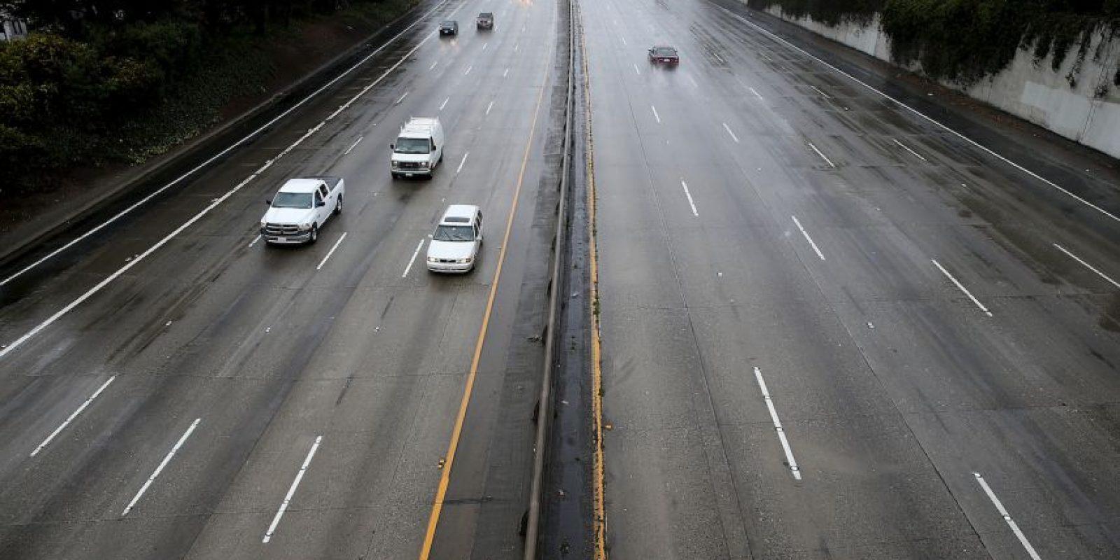 6. Recuerde que el manejo en carretera requiere posicionar la vista unos 300 metros o más hacia adelante. Foto:Getty Images