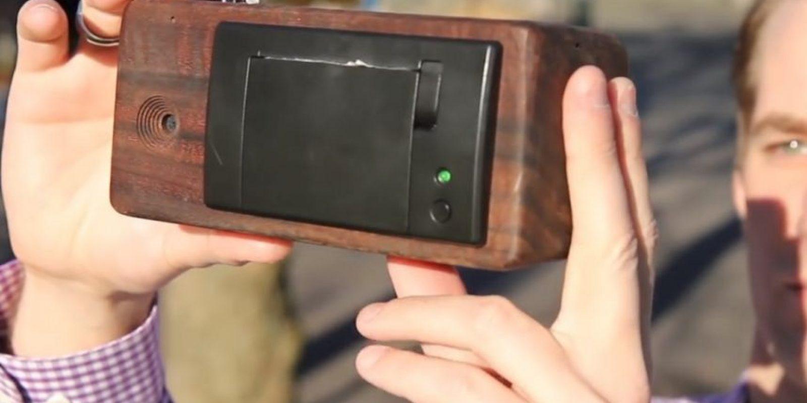 Se trata de un prototipo hecho de madera de nogal, mismo que mide 3.25*6.75*3 pulgadas con resolución de 640*384 pixeles. Cuenta en su interior con 50 metros de papel para tomar hasta 150 fotografías. Foto:ch00ftech.com