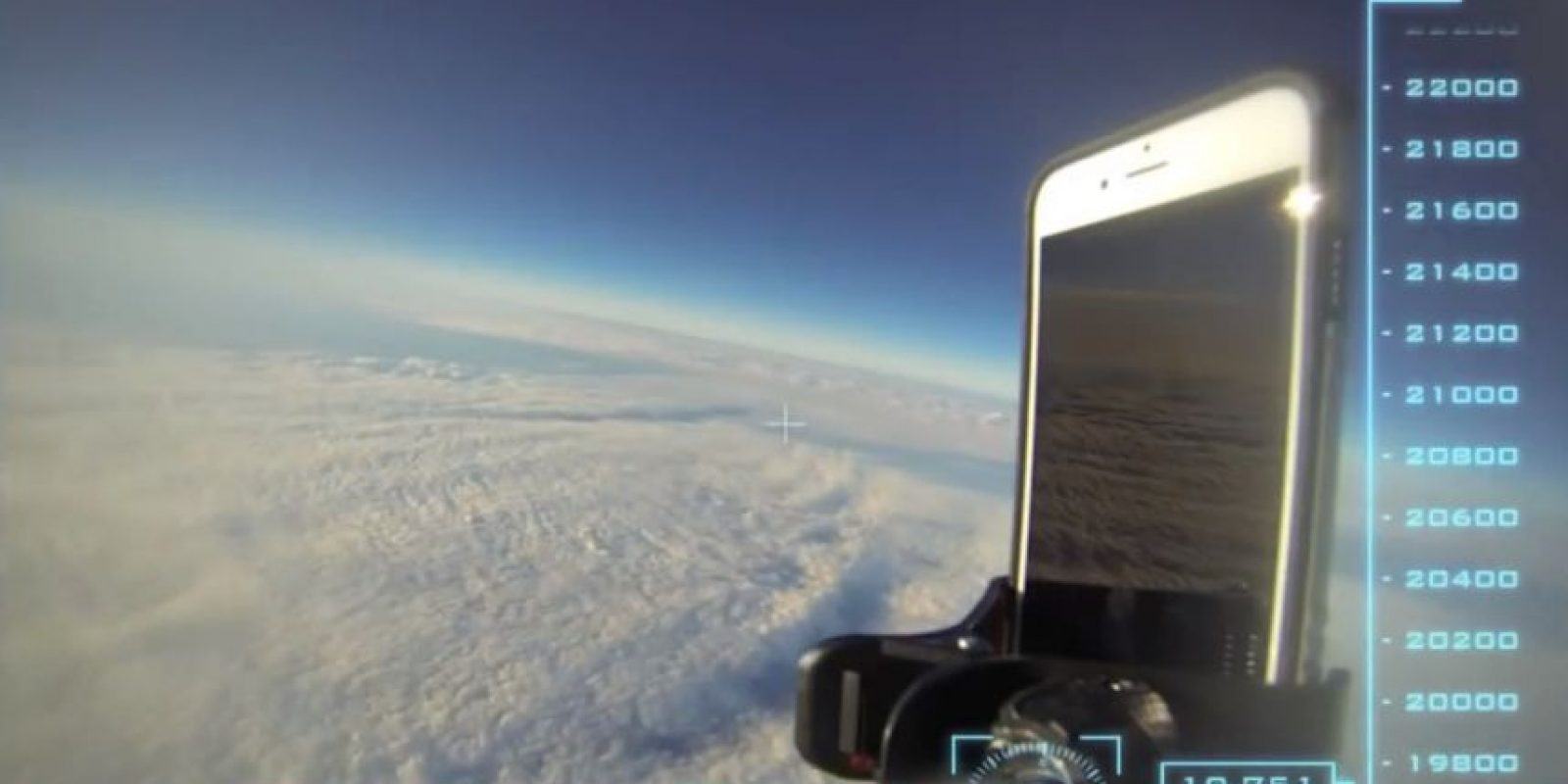 El dispositivo fue dejado caer desde una altitud superior a los 30 mil kilómetros de altura. Foto:Urban Armor Gear Inc.