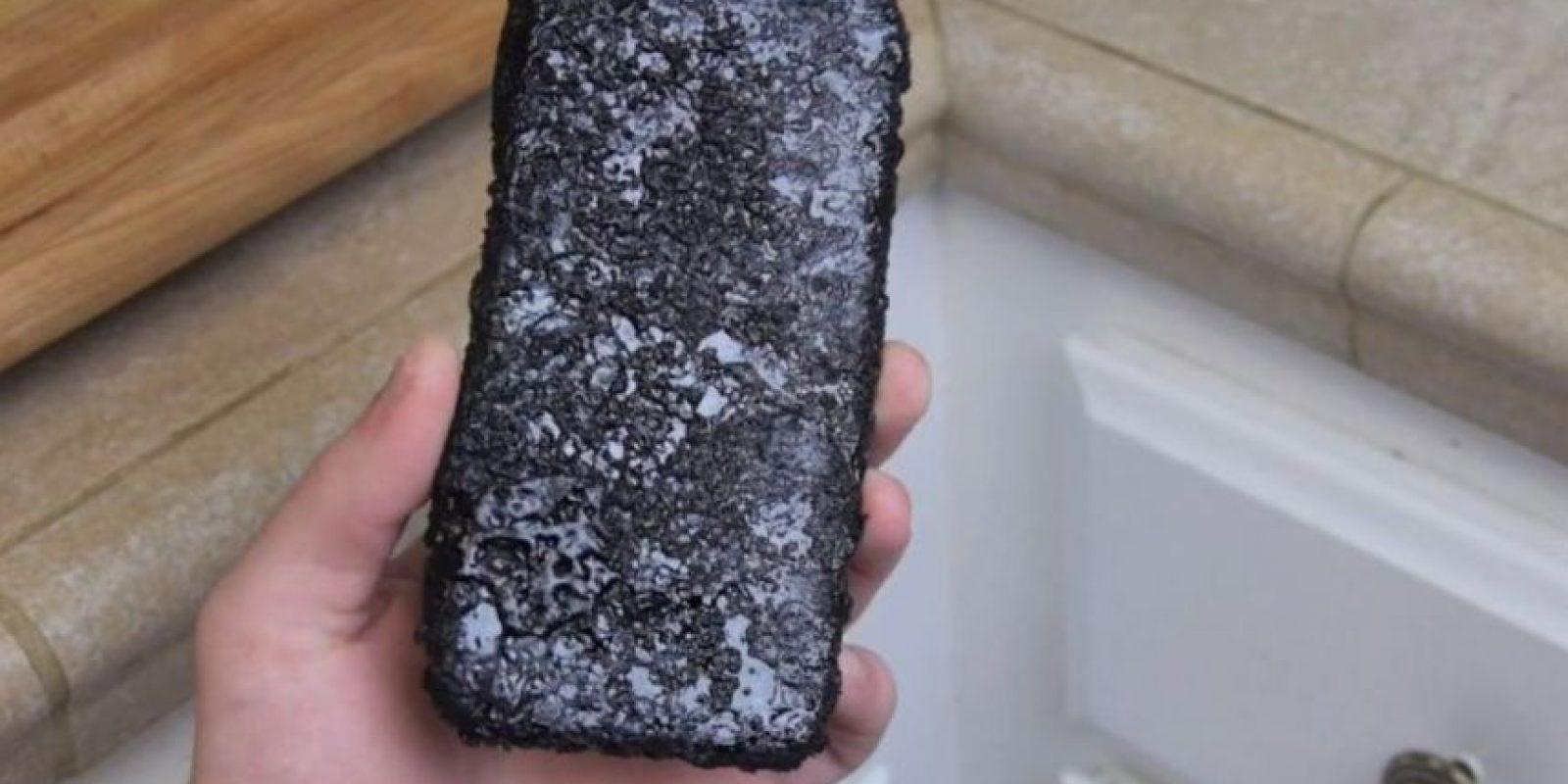 Una capa del líquido quedó en el dispositivo. Foto:TechRax / YouTube