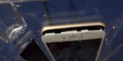 La pantalla se separó del resto del iPhone 6 con el impacto de las aspas de la licuadora. Foto:FullMag