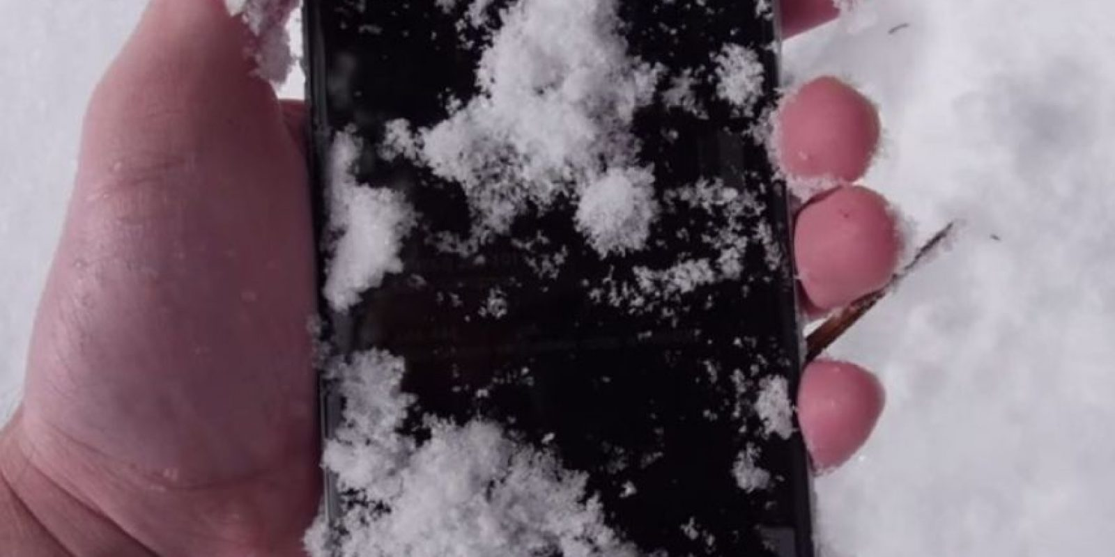 El iPhone 6 tras estar 24 horas bajo la nieve. Foto: TechRax / YouTube