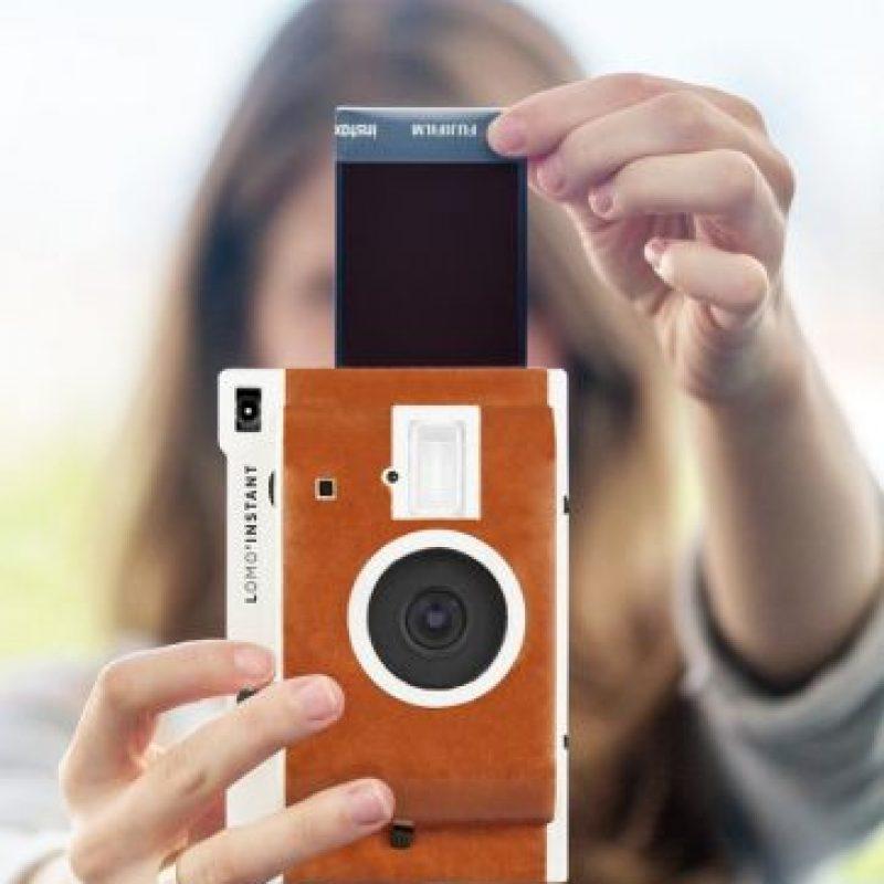 Las fotos se imprimen a color en un papel de 86*54 mm. Tiene un precio de salida de 120 dólares. Foto:lomography.com