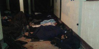 Las fotos del perfil muestran a agentes durmiendo en el suelo. Foto:Publinews