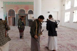 Rebeldes Huthi en el interior del palacio Foto:AFP