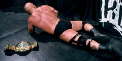 Vince ganó con ayuda de La Roca Foto:WWE