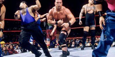 Stone Cold aprovechó que los réferis no se percataron de su salida, para regresar al ring y ganar en 1997 Foto:WWE