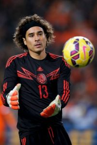 El portero titular de la Selección de México debutó en el América, por lo que no tiene intenciones de jugar en Chivas, el acérrimo rival Foto:Getty