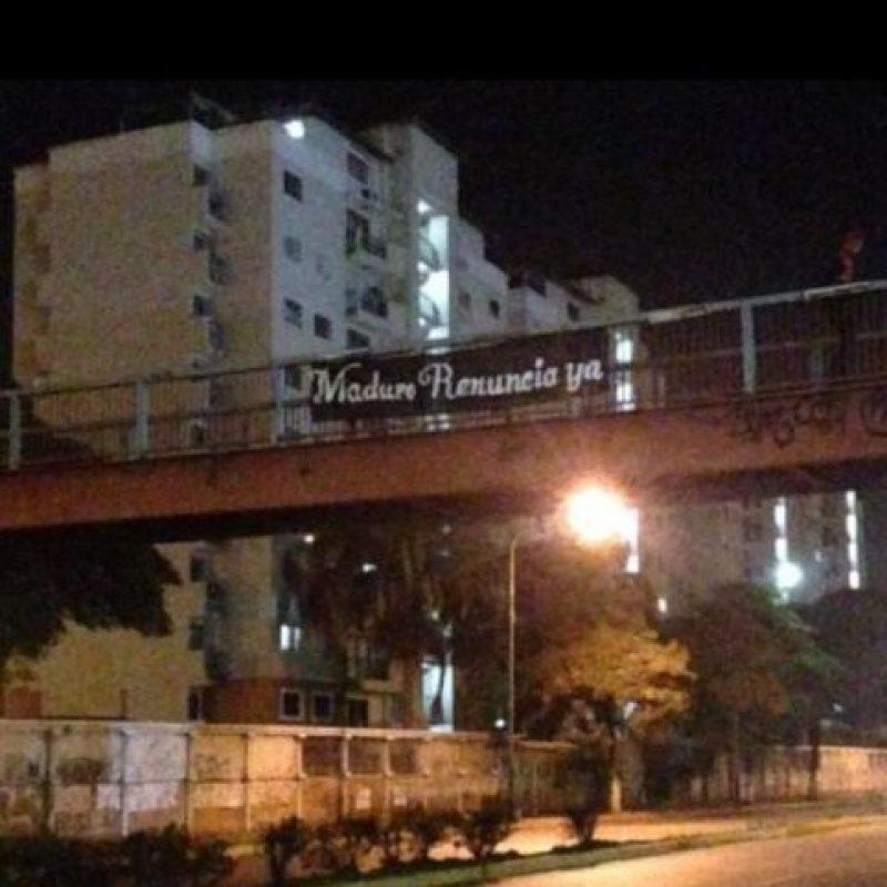 """En la madrugada de este día aparecieron mantas con la leyenda """"Maduro renuncia"""" Foto:Twitter"""