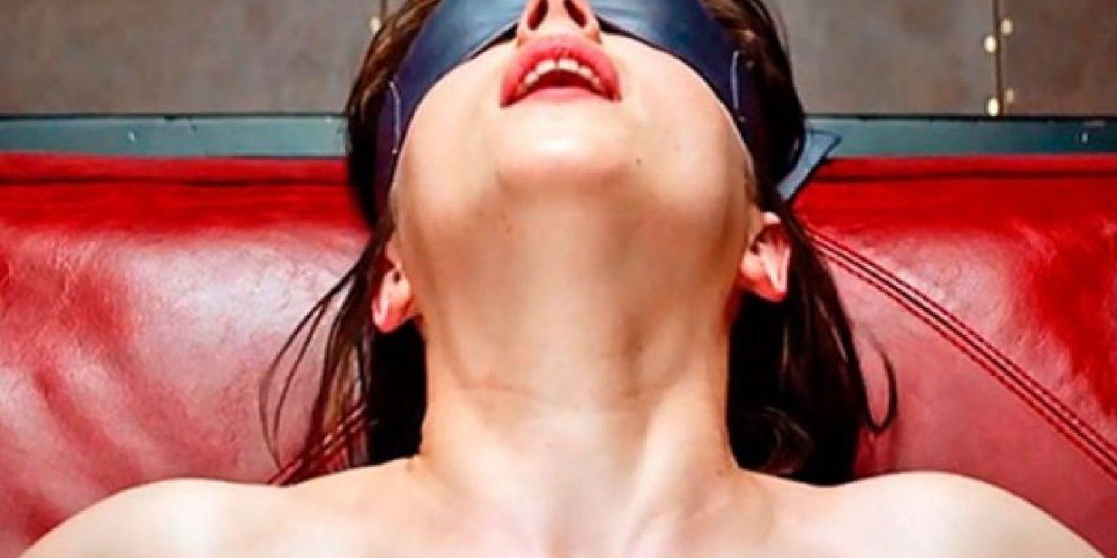 """Está a punto de estrenarse la película de """"50 sombras de Grey"""". La revista Cosmopolitan recopiló algunas posiciones sexuales mostradas en el libro. Foto:Universal"""