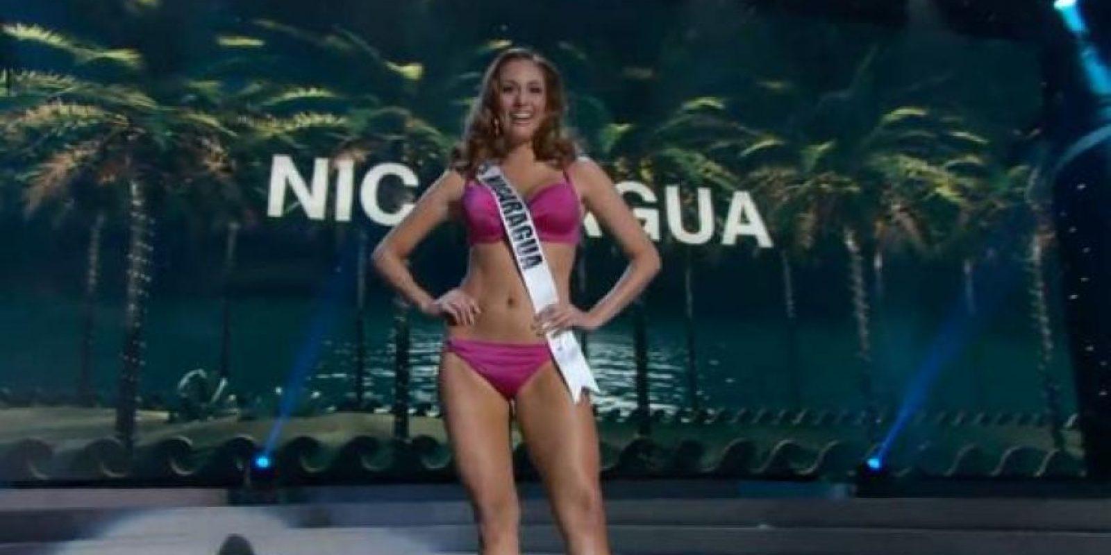 Miss Nicaragua por poco cae al piso mientras giraba. Foto:Miss Universe.com
